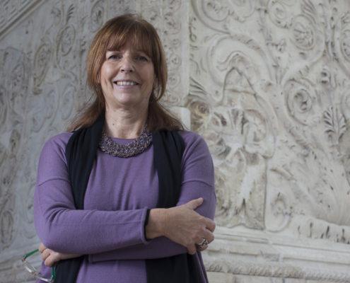 Orietta Rossini e le pareti marmoree dell'Ara Pacis sullo sfondo