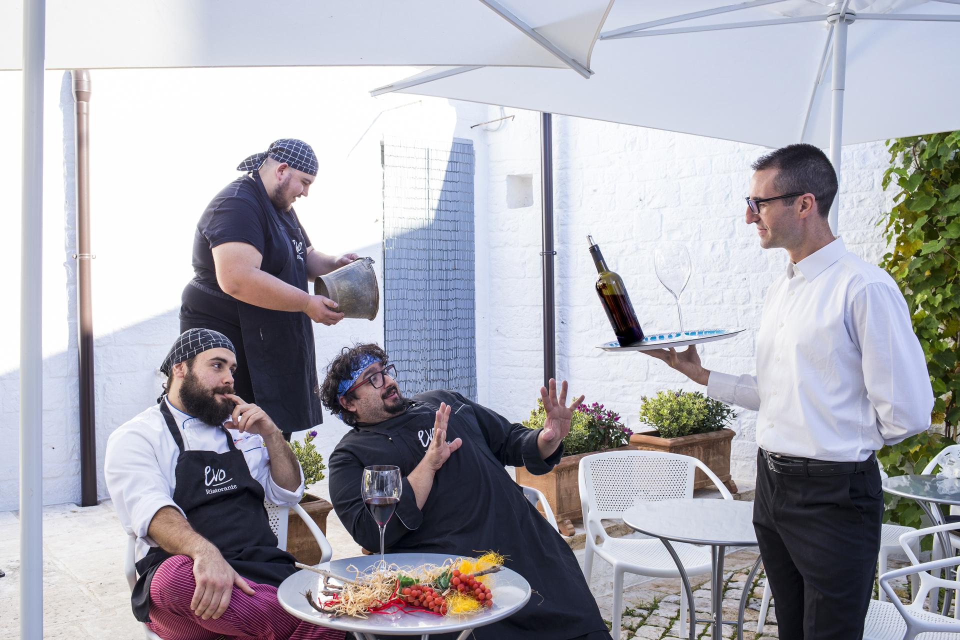 Angelo Impedovo - aiuto cuoco, Gianvito Matarrese - chef, Maurizio Tria, sommelier resonsabile di sala e, in piedi Francesco Greco - Commis