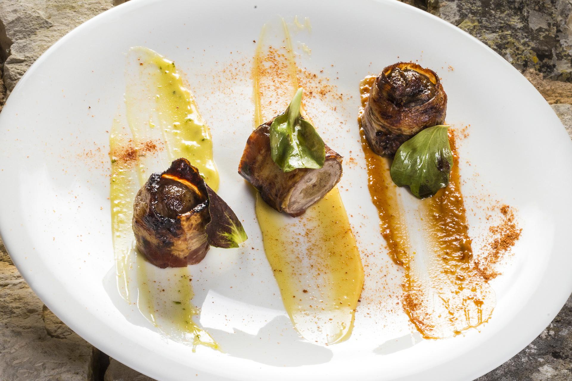 Rotolo di manzo con farcia ai funghi porcini, avvolto nel bacon alle 3 maionesi: pomodoro secco, mandorla e pesto
