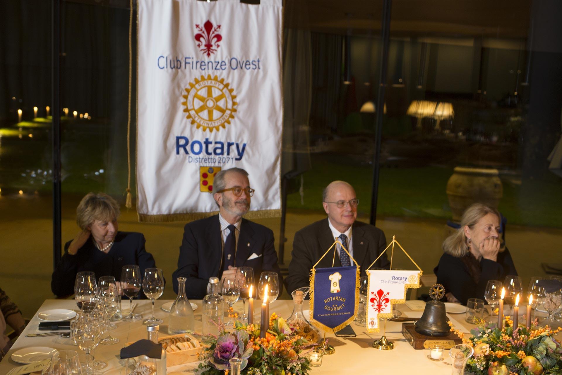 Il tavolo della preidenza con Ciriaco Acampa ed il presidente del distretto XXX