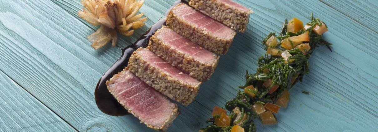 Trancio di tonno al sesamo, asparagi selvatici e pomodorini