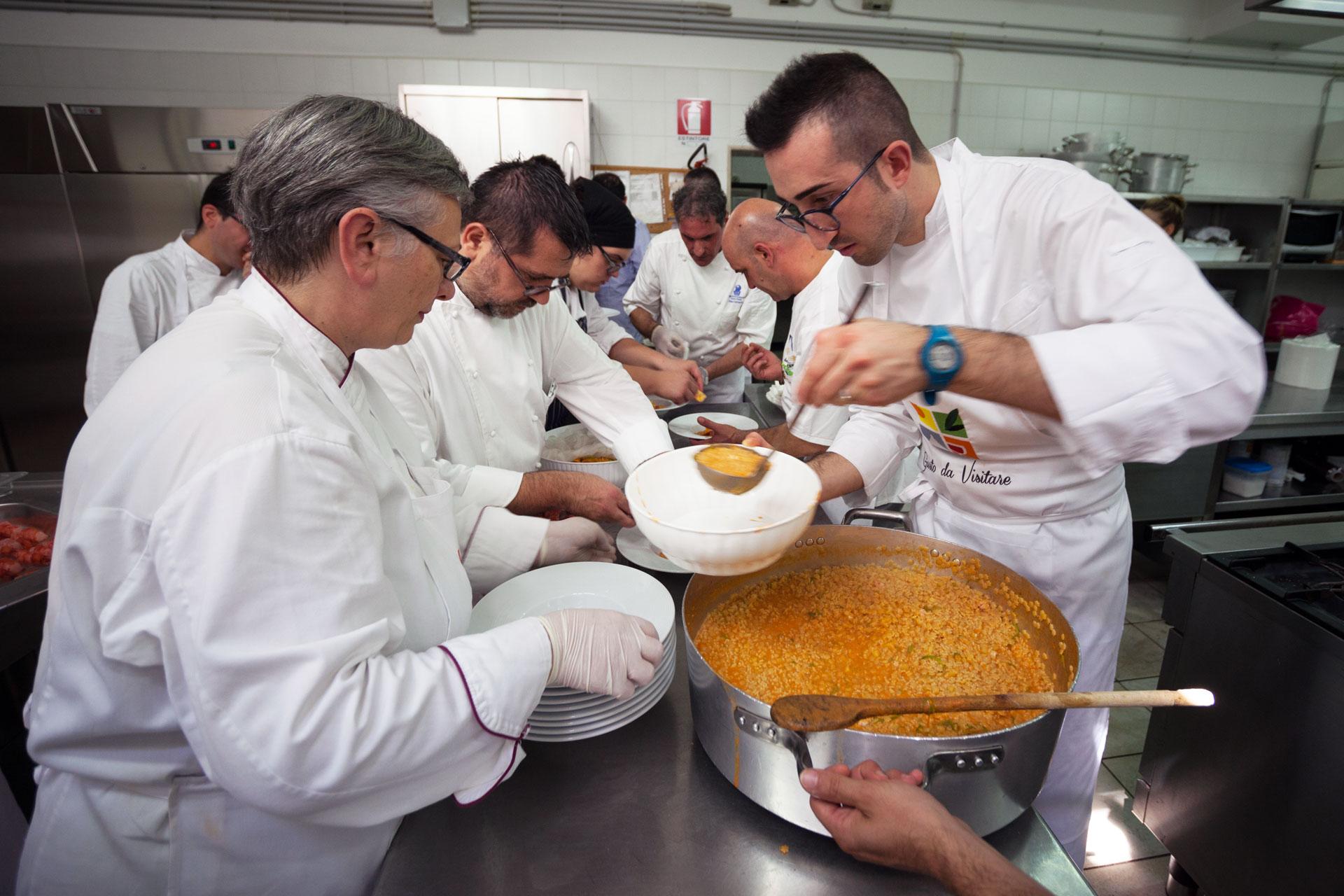Maria Cicorella, Enzo Florio, Donato Calvi, Angelo Sabatelli, mentre impiattano una specialità di Pino Lavarra (sul fondo)