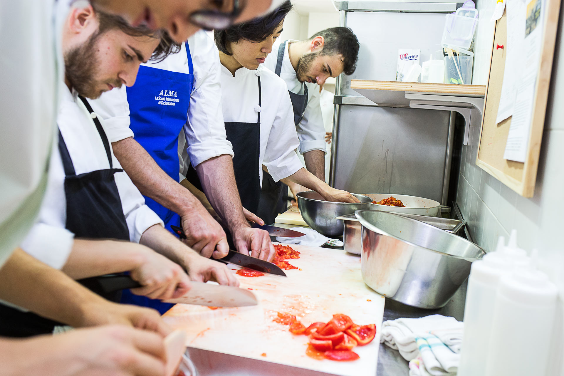 Fervono i lavori in cucina per la Festa a Mare da Tuccino