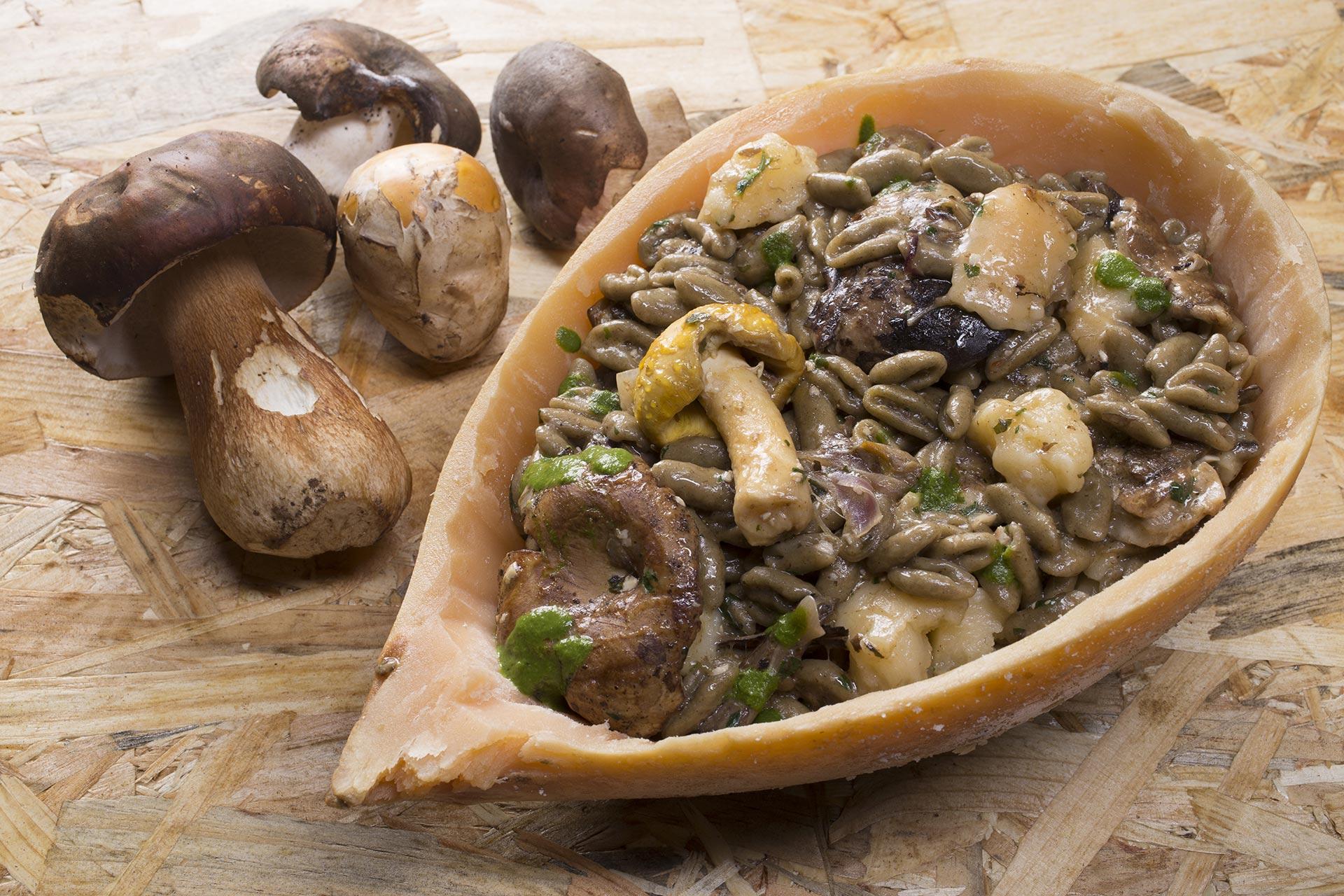 Recchi'e'ciucc di grano arso con funghi e caciocavallo prosciutto ed erbe, servito nella buccia vuota di un caciocavallo, ham and herbs,