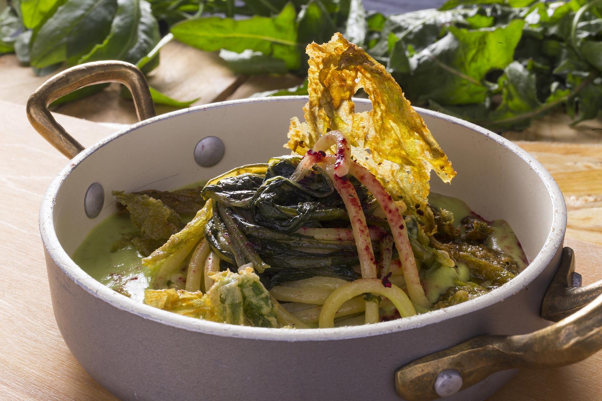 Zuppa di spaghetti in brodo vegetale e erbe selvatiche