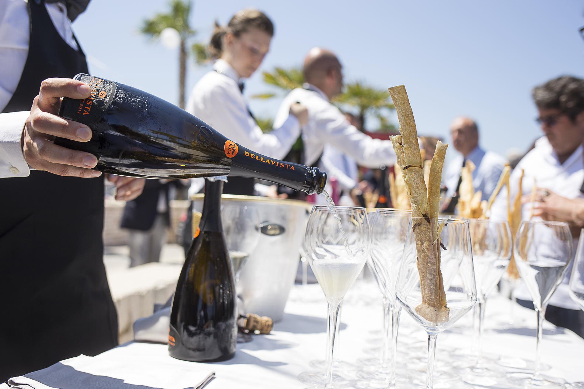L'aperitivo è servito nella terrazza sul mare. Bollicine Bellaviste e la focaccia Alajmo