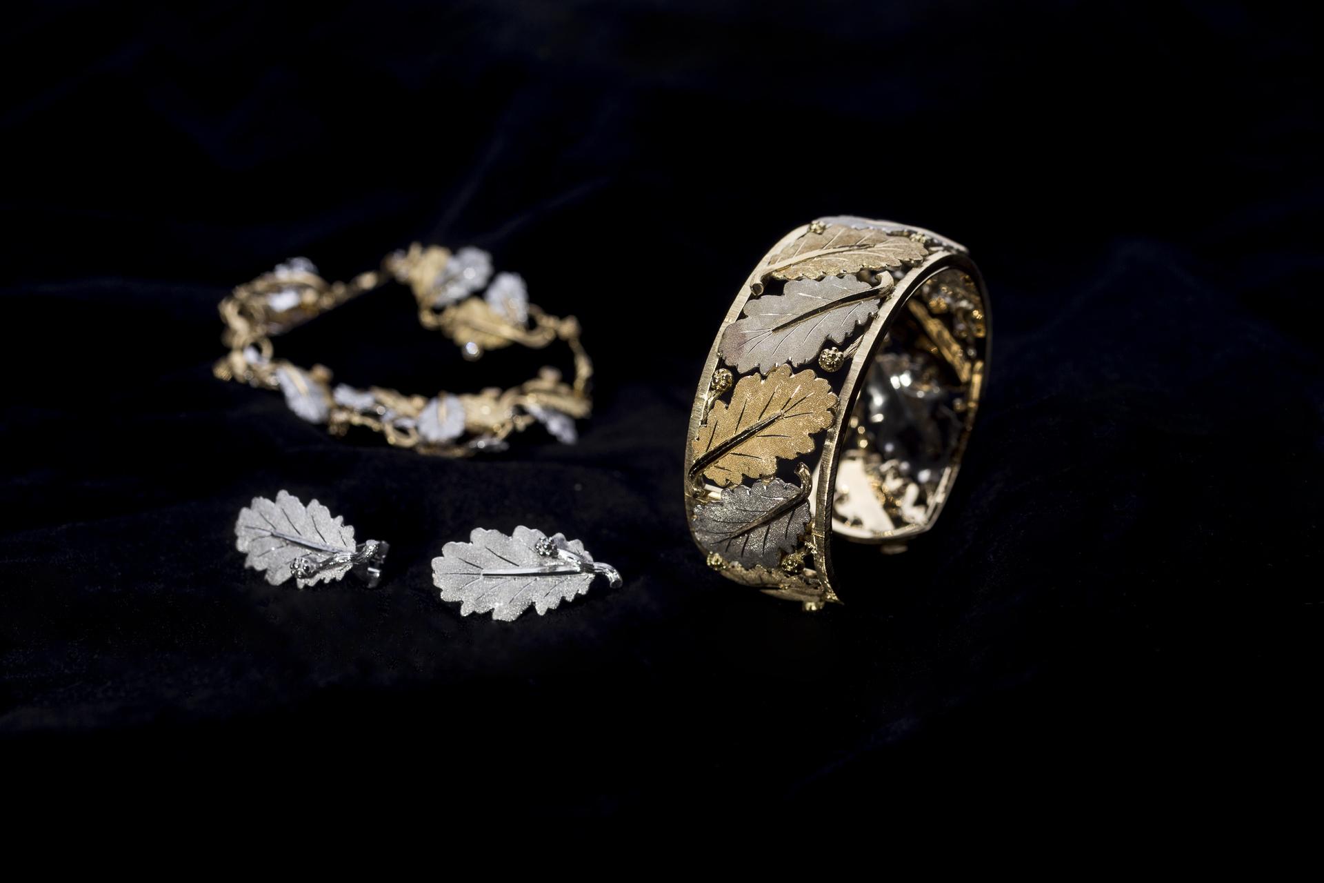 Lo stile per il quale Buccellati è famoso, dai cntro tavola alla gioielleria, reca spesso motivi arborei e foglie