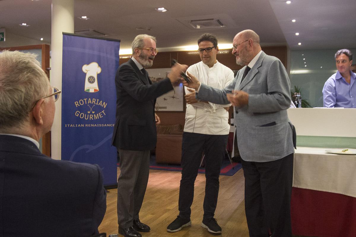 Ciriaco Acampa, presidente del Rotarian Gourmet, insieme al tutor dell'associazione, Ulisse Vivarelli, introducono ai convitati lo chef Luca Mastromattei del ristorante Péscion di Pescara